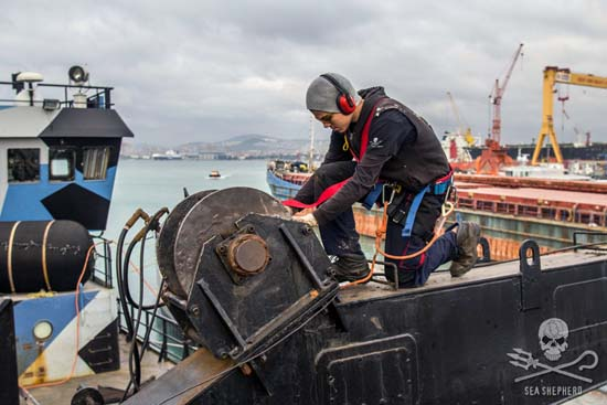 The crew undertakes repairs to the hull. Photo: Alejandra Gimeno