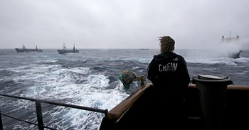 news_090204_1_2_Steve_Irwin_engages_the_Japanese_harpoon_whaling_vessels