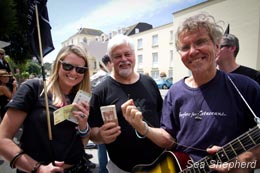 (L to R) Georgie Dicks, Paul Watson and Howie Cooke holding bribe money. Photo: Simon Ager